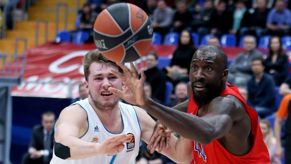 Doncic y Othello Hunter disputan un balón. (euroleague.net)