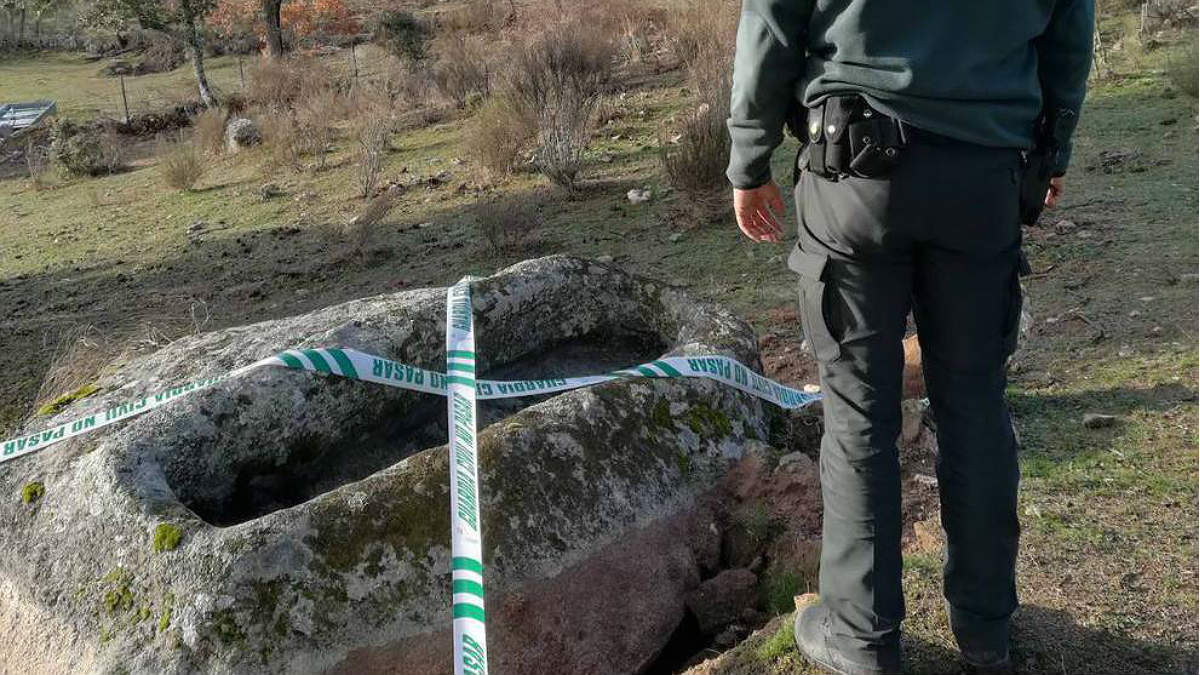 Un guardia civil, junto al sepulcro profanado para robarlo en Ciudad Rodrigo (Salamanca).
