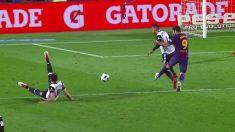 Luis Suárez pegó una patada a Vezo sin opción de jugar el balón.