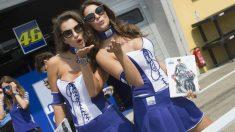 Dos azafatas de Valentino Rossi en el paddock. (Getty)