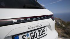 La línea que une las ópticas traseras es el cambio más llamativo de la estética exterior del nuevo Porsche Cayenne.
