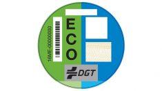 Aunque no son obligatorias, las nuevas pegatinas de la DGT ayudan a identificar los coches de acuerdo a sus niveles de contaminación