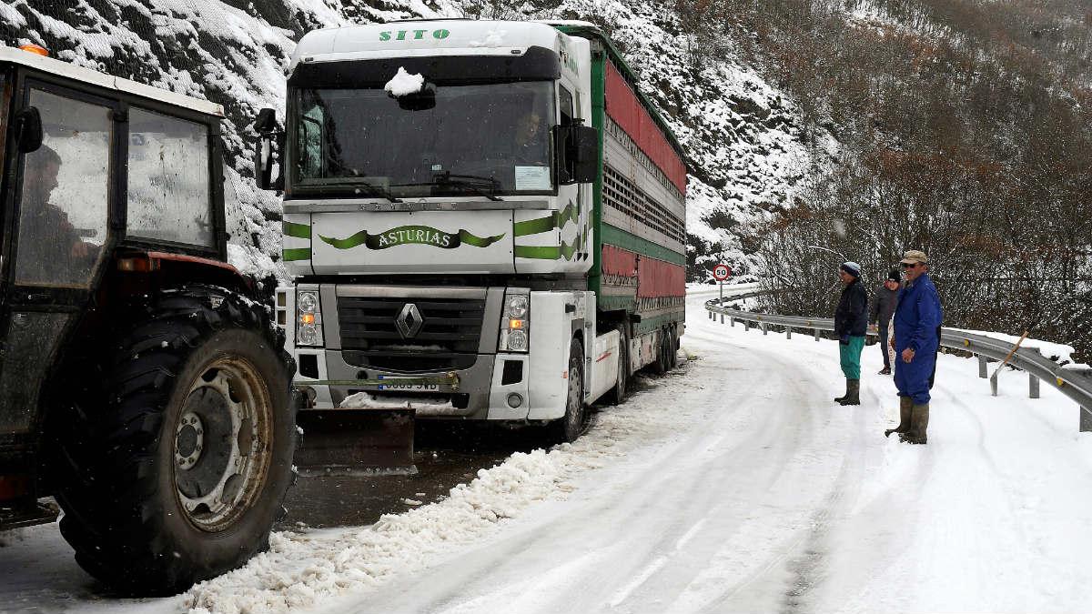 Carretera cortada por nieve en Vegadervera (León) por el temporal de nieve. (EFE)