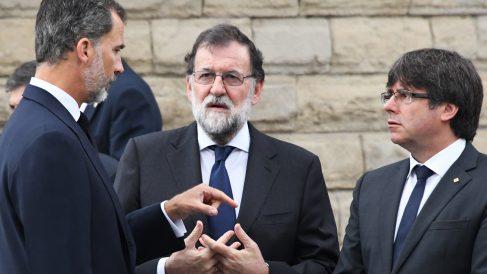 Felipe VI, Mariano Rajoy y Carles Puigdemont en el funeral por las víctimas de los atentados de Barcelona y Cambrils. (Foto: AFP)