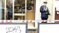 Dos carabinieri en el lugar de los hechos (Foto: AFP).
