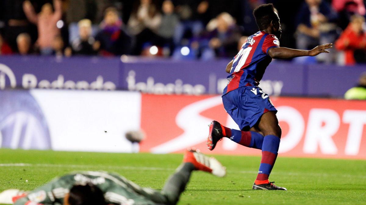 Boateng celebra el gol al Real Madrid, con Keylor abatido en el suelo (EFE).