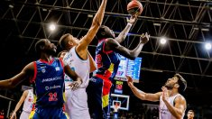 Sané lanza a canasta ante la oposición de Tavares. (ACB)