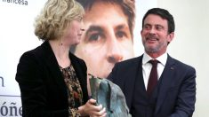 Manuel Valls recibe el premio Gregorio Ordóñez de manos de la viuda del concejal asesinado por ETA (Foto: Efe).