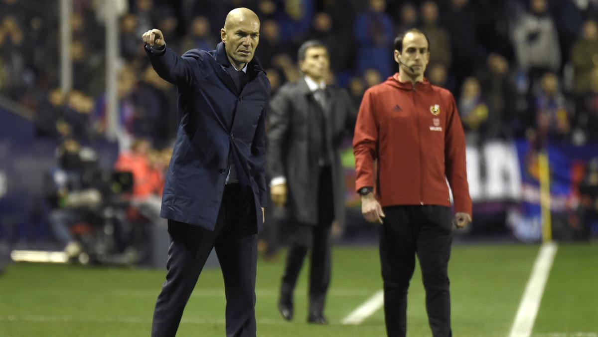 Zidane da instrucciones al equipo en el duelo frente al Levante. (AFP)