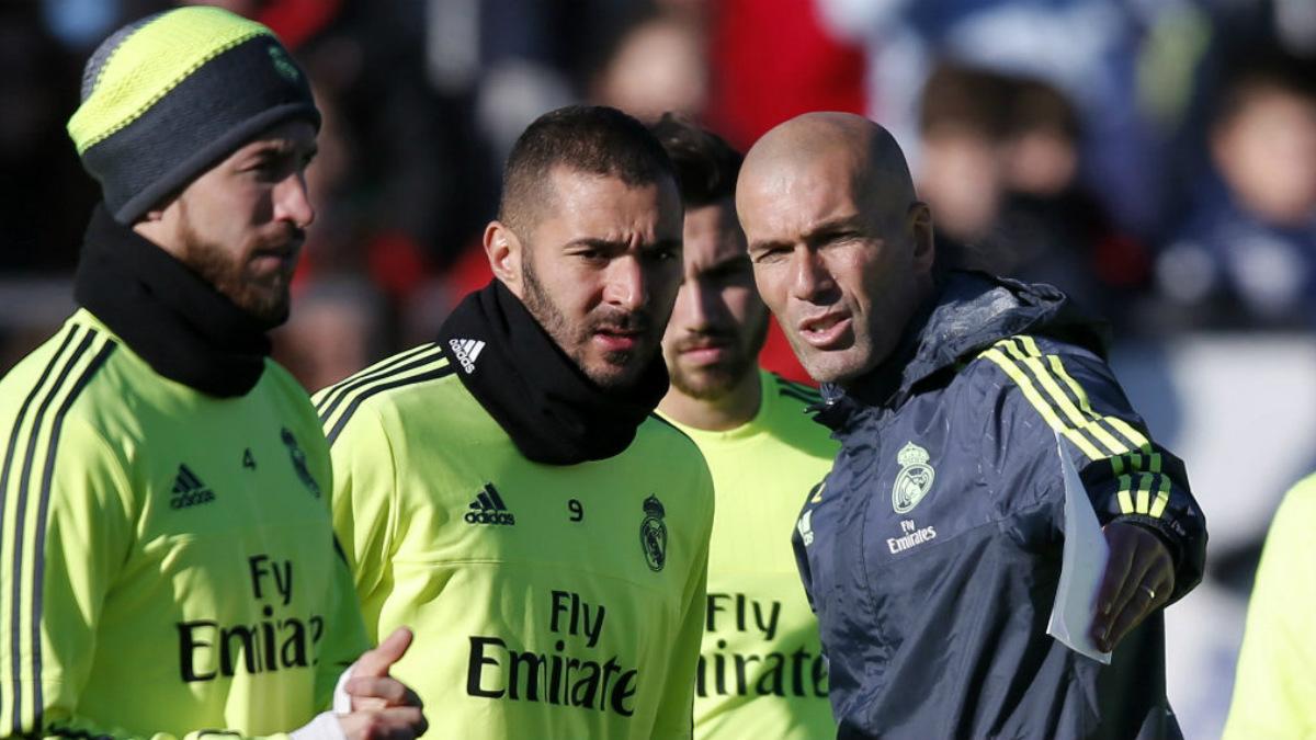 Zidane da instrucciones a sus jugadores en un entrenamiento reciente.
