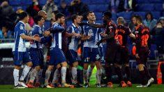 Espnayol y Barcelona en una tangana durante el derbi. (EFE)