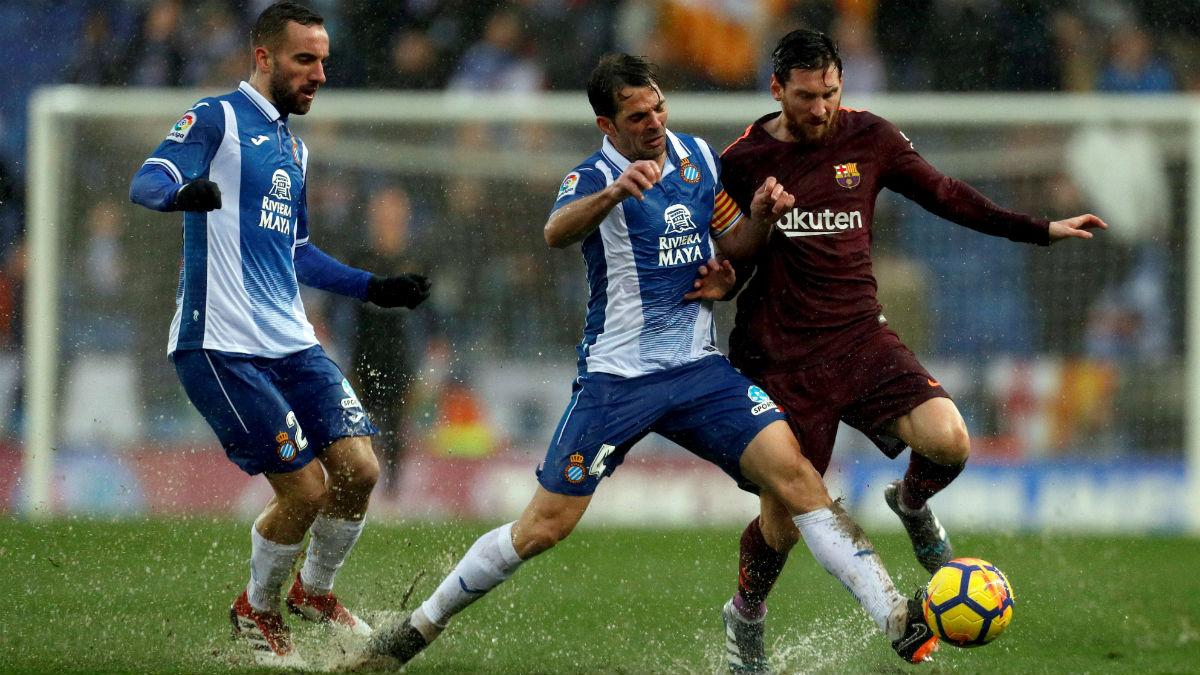 Messi disputa un balón en el derbi. (EFE)