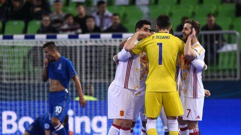 Los jugadores de España celebran el gol de Pola. (UEFA)