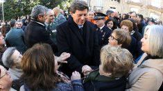 Juan Carlos Quer saludando a los vecinos de A Pobra do Caramiñal (Foto: Efe).
