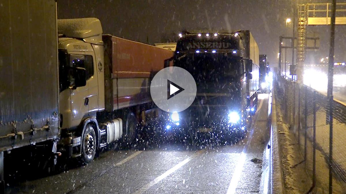Camiones retenidos en la A6. Imagen: Enrique Falcón y Francisco Toledo.