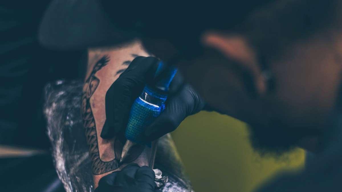 Un tatuaje requiere cuidados especiales hasta su curación