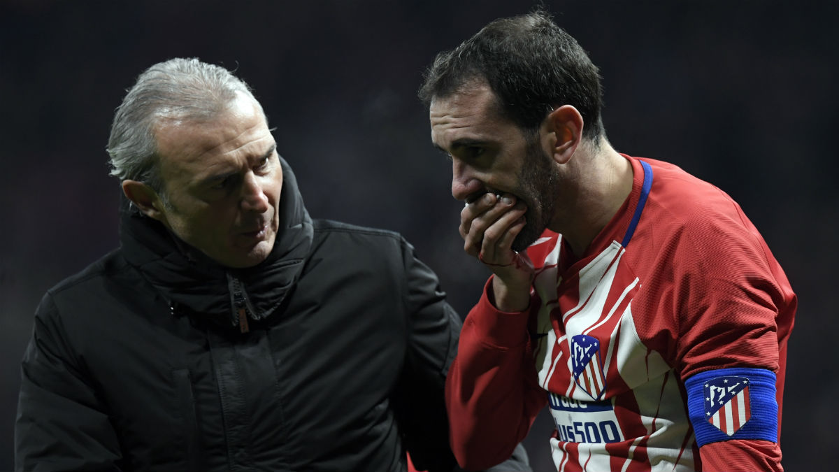 Godín se tapa la boca tras chocar con Neto. (AFP)