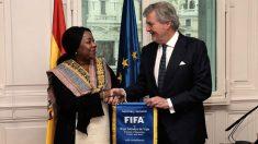 Iñigo Méndez de Vigo recibe a la secretaria general de la FIFA, la senegalesa Fatma Samoura. (EFE)