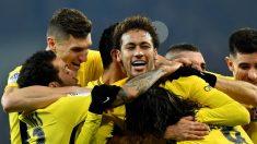 Neymar celebra un gol junto a sus compañeros. (AFP)