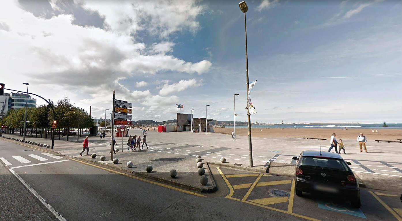 Playa de Poniente, en Gijón, donde se ha hallado el cadáver.