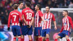 Los futbolistas del Atlético de Madrid le protestan a José Luis Munuera. (Getty)