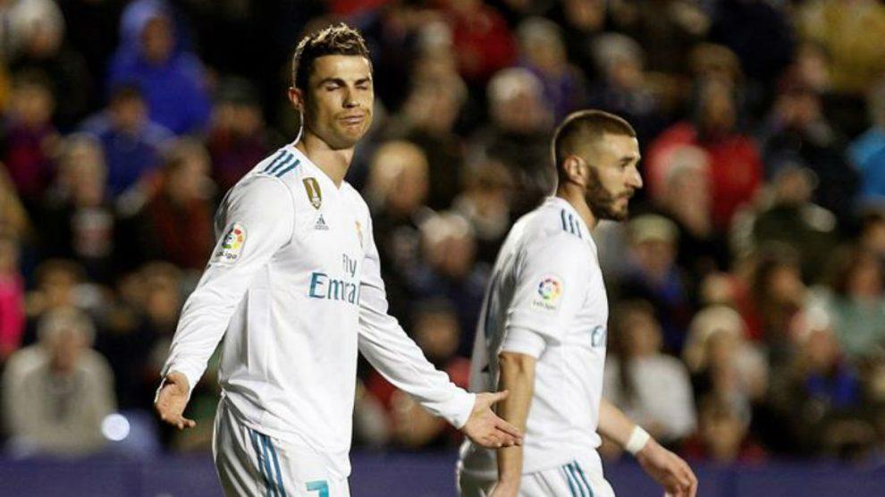 Cristiano Ronaldo y Benzema resignados en un partido de esta temporada (EFE).