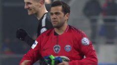 Dani Alves acabó como portero en el Sochaux vs PSG. (Twitter)