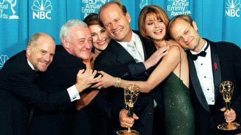 Reparto de 'Frasier' recogiendo varios premios Emmy en 1998. (Foto: AFP)