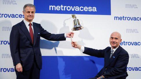 El presidente de Metrovacesa, Ignacio Moreno Martínez, junto al consejero delegado, Jorge Pérez de Leza (d), realiza el tradicional toque de campana en el retorno bursátil de la inmobiliaria. (Foto: EFE/Emilio Naranjo