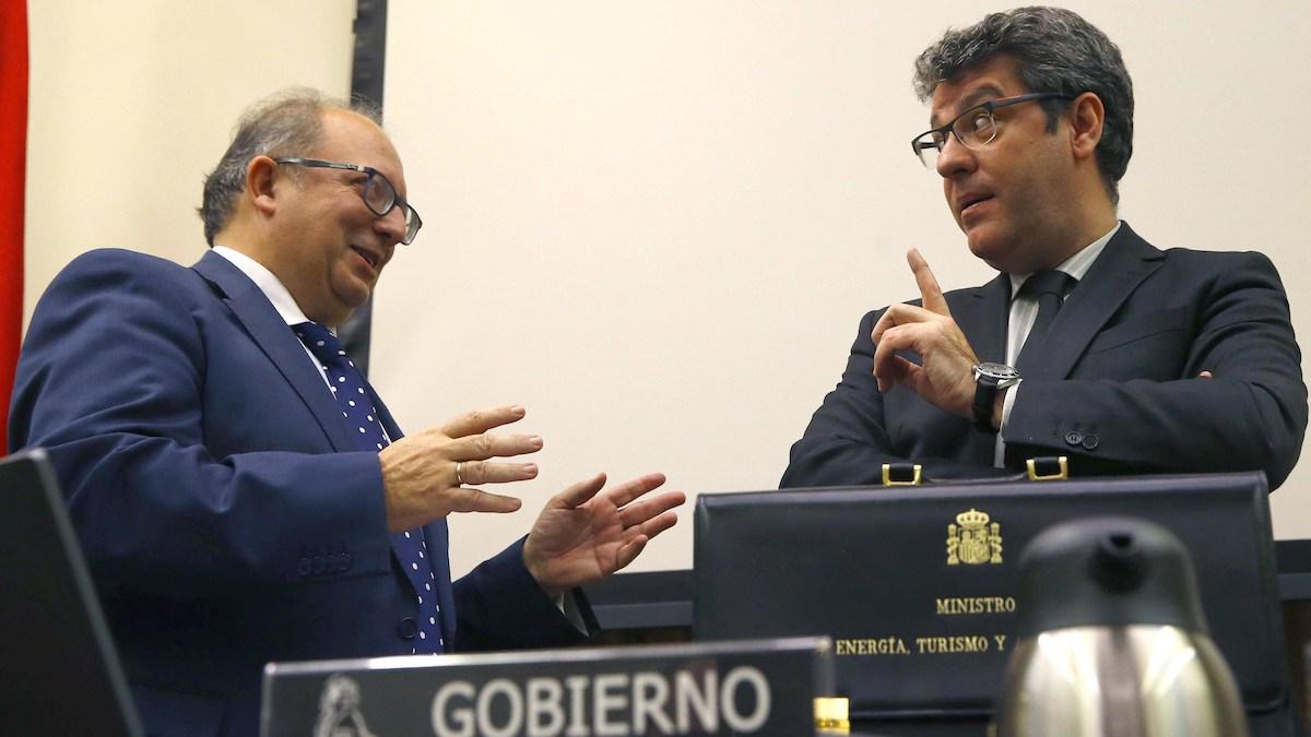 El ministro de Energía Álvaro Nadal (d), en el Congreso de los Diputados. (Foto: EFE/ J.P.Gandul)