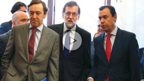 El presidente del Gobierno, Mariano Rajoy, junto al portavoz del Grupo Popular, Rafael Hernando, y el diputado Fernando Martínez-Maillo (Foto: Efe)