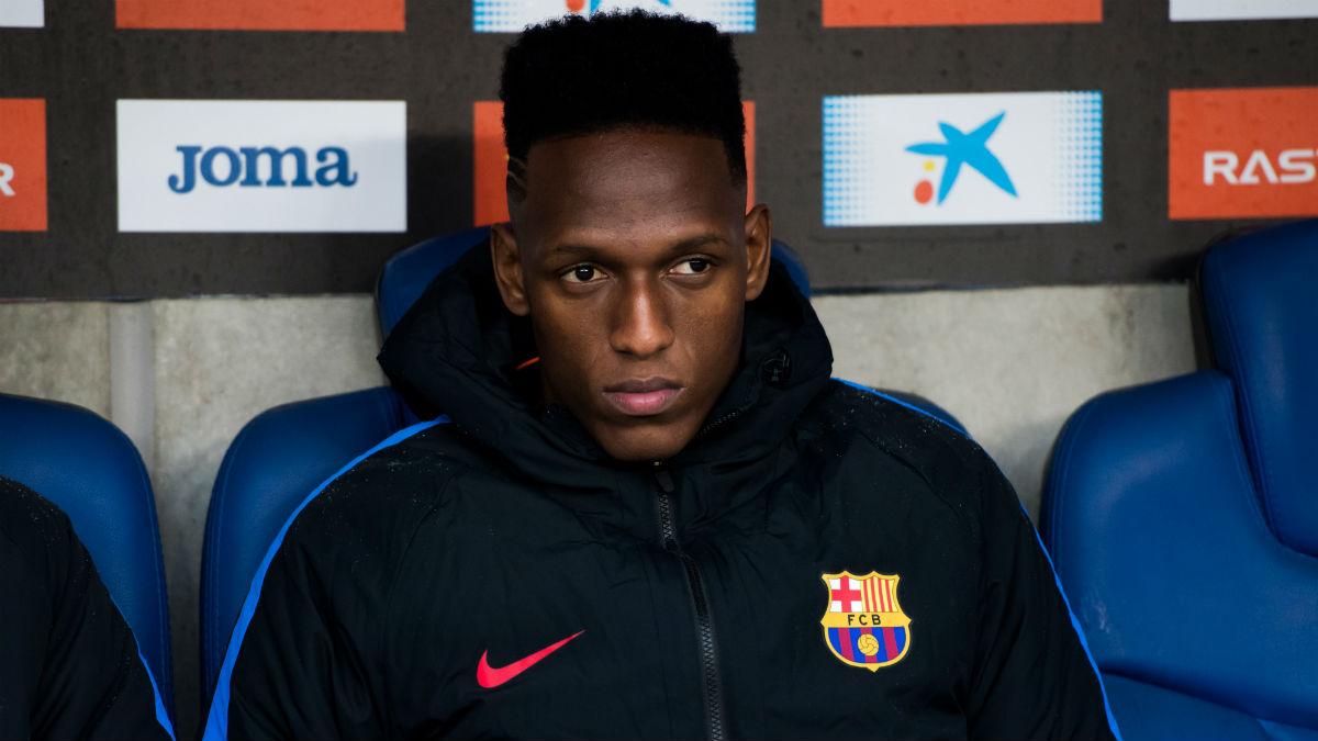 Yerry Mina, en el banquillo durante un encuentro del Barcelona. (Getty)