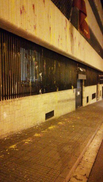 Separatistas encapuchados atacan la comisaría de la Policía Nacional en Tarrasa