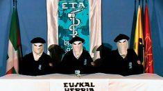 Terroristas de ETA, en uno de sus comunicados en vídeo.