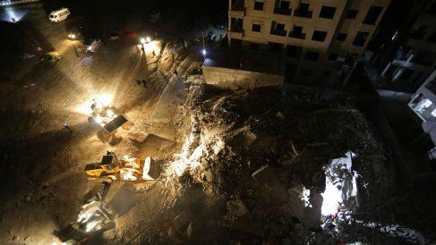 Camiones excavadora trabajan en los escombros en Idlib (Siria), tras los bombardeos del Ejército del Gobierno. (AFP)