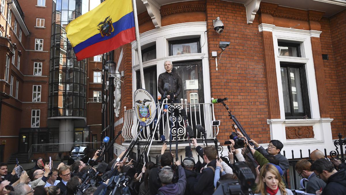 Julian Assange en el balcón de la Embajada de Ecuador en Londres. (Foto: AFP)