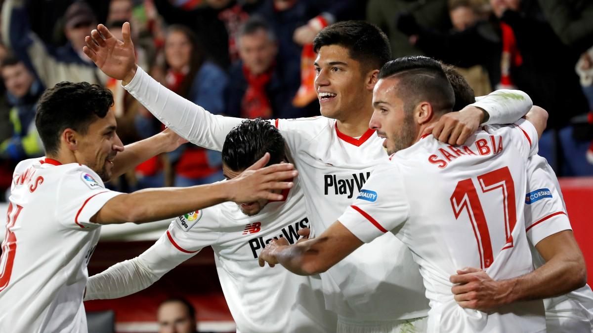 Los jugadores del Sevilla celebran el gol de Correa. (EFE)