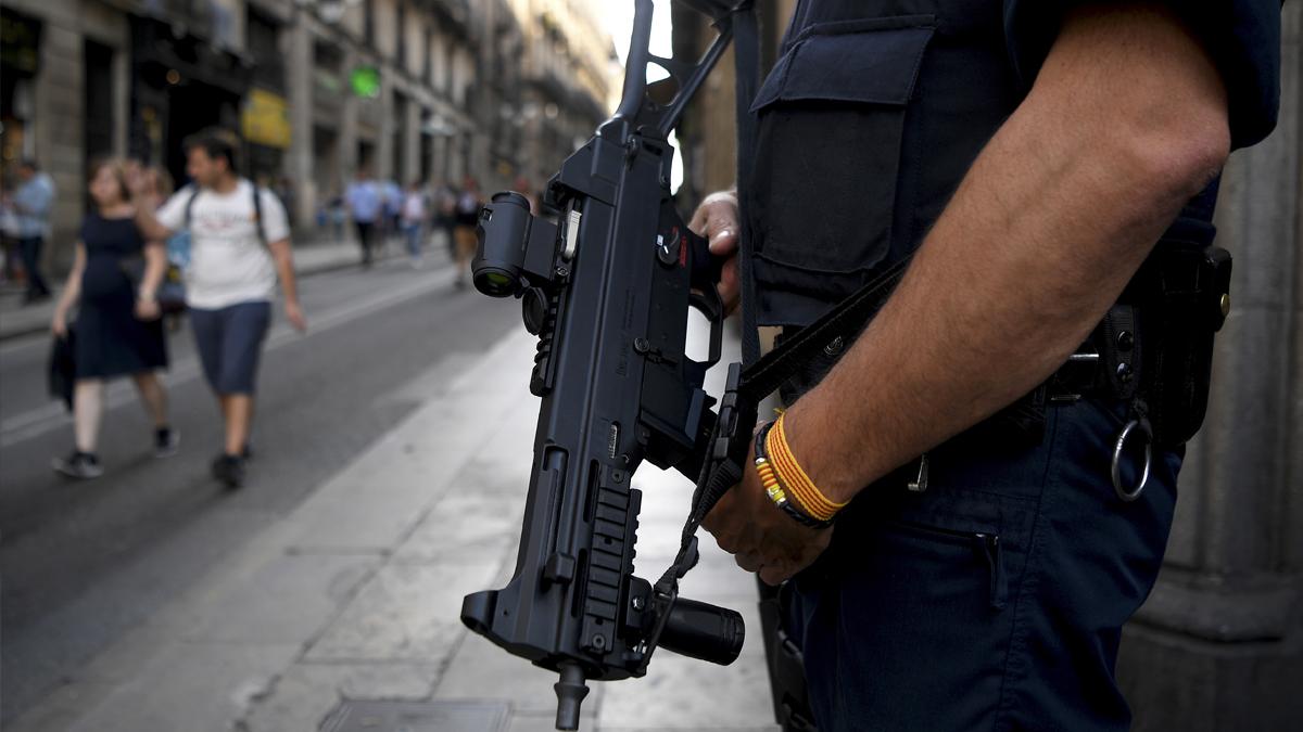 Un agente de los Mossos d'Esquadra en las calles de Barcelona. (Foto: AFP)