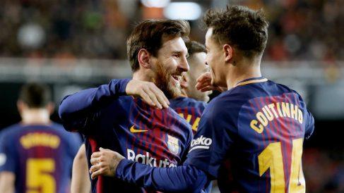 Messi y Coutinho celebran el primer tanto del Barcelona en Mestalla. (EFE)