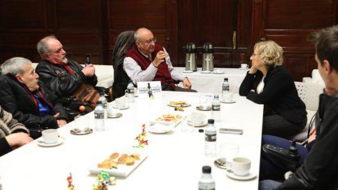 La alcaldesa Manuela Carmena reunida este miércoles con miembros del colectivo 'Cota Cero'. (Foto: Madrid)