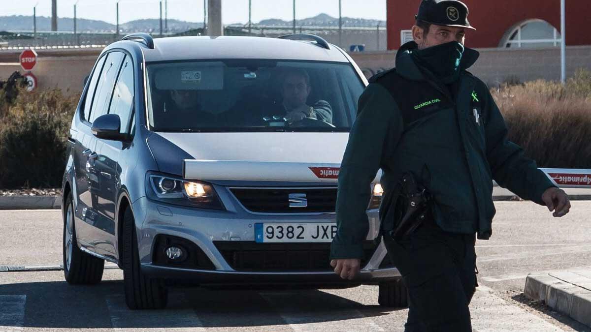Roger Torrent llega en coche oficial a la cárcel de Estremera, acompañado de su jefe de prensa y un mosso de escolta.