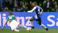 Ricardo Pereira tumbó a Fabio Coentrao con un regate durante el Oporto vs Sporting de Portugal.