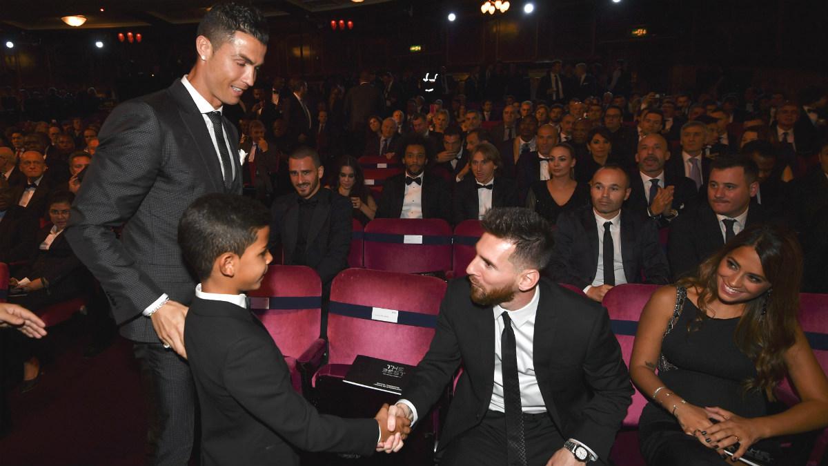 Cristiano Ronaldo presenta a su hijo a Messi en una gala del Balón de Oro. (AFP)