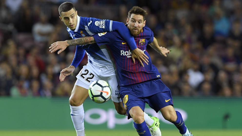 Mario Hermoso, cubriendo a Messi durante un derbi (AFP).