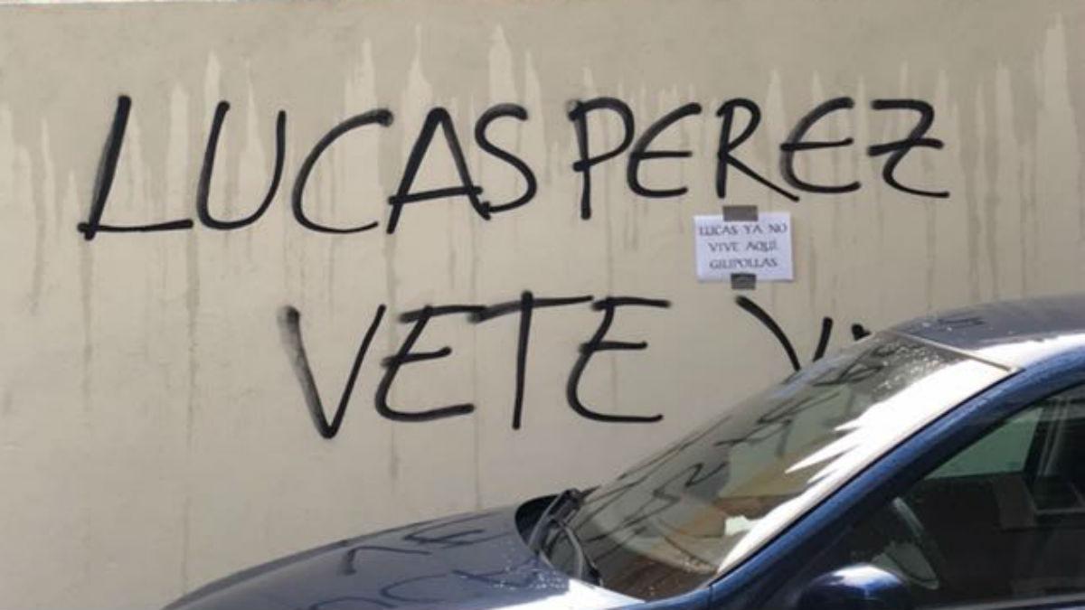 Una de las pintadas que ha aparecido contra Lucas Pérez. (@partidazocope)