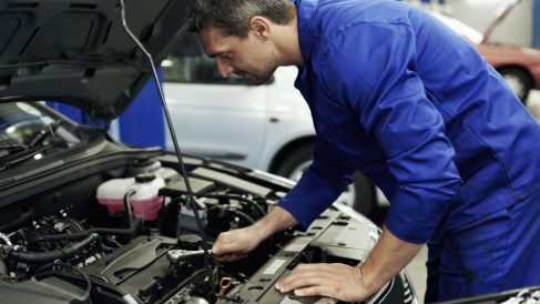 Dos mecánicos de Melilla han sido detenidos por provocar averías a los coches que aparcaban alrededor de su taller para luego arreglarlos ellos mismos.