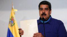 El dictador de Venezuela, Nicolás Maduro, exhibe el supuesto documento.