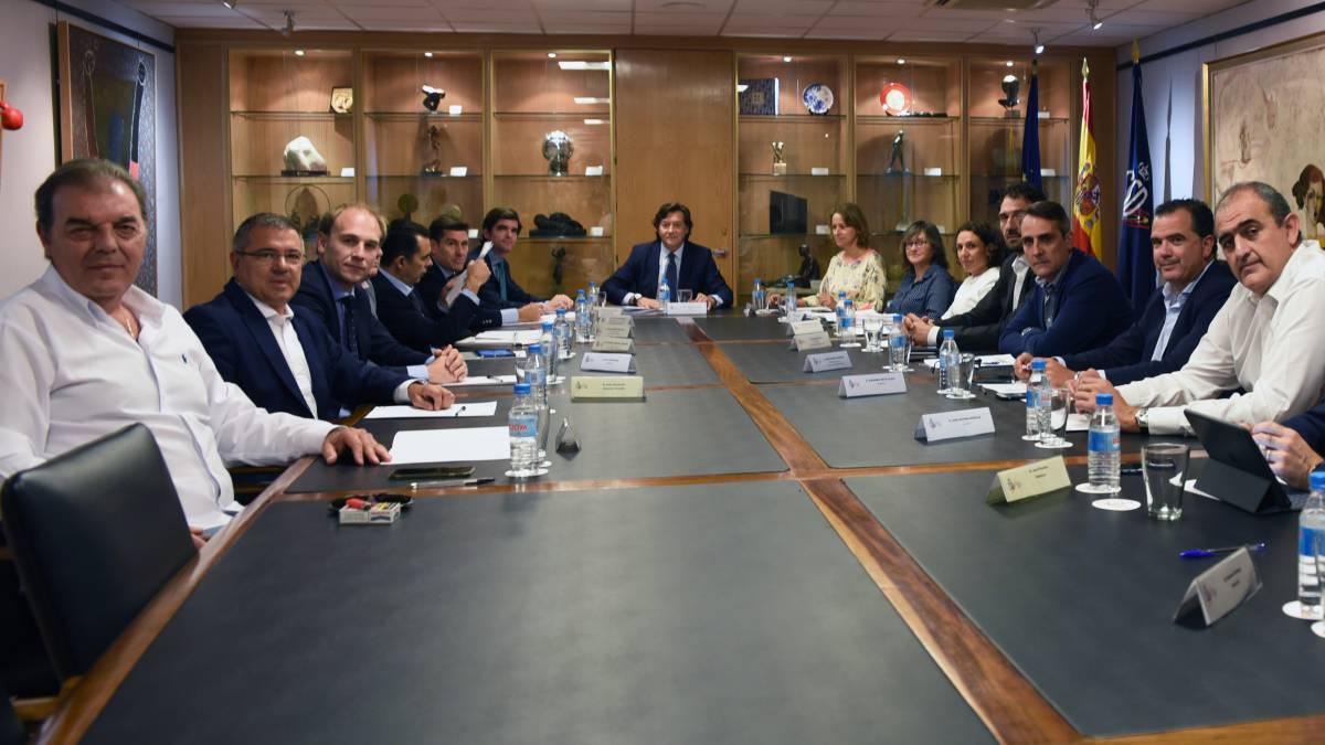 Los clubes de ACB junto a Lete y representantes de la FEB en el Consejo Superior de Deportes.