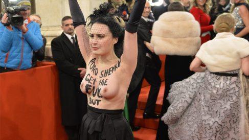 Una activista irrumpe desnuda en el baile de la Ópera de Viena. (Foto: AFP)