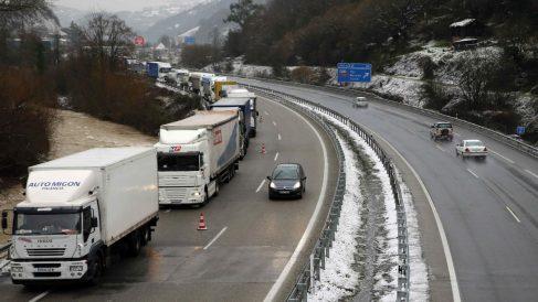Camiones retenidos en Pola de Lena (Foto: EFE).